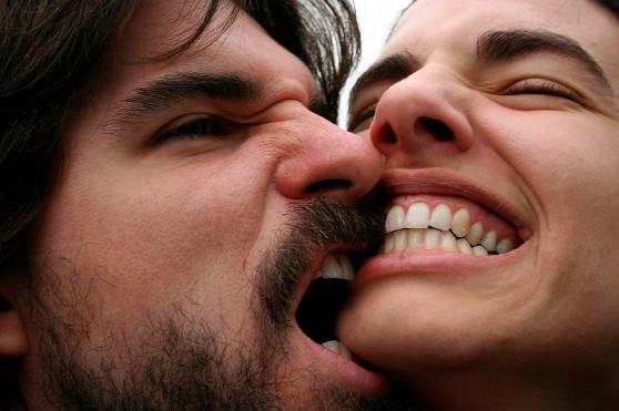 溝ができ喧嘩ばかりの夫婦。キスしようとしても噛み合いになる。