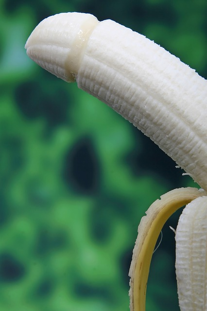 皮がむけたバナナをクリトリスに例えています(だって似てるんだもん)