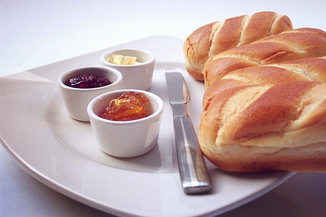 朝食にパンとバターとジャムを用意
